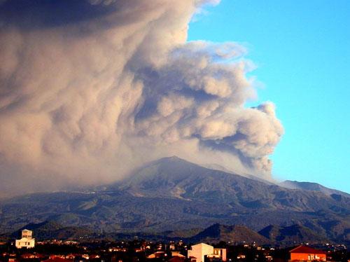 L'Etna ogni tanto si accende un bel sigaro Cubano e ci affumica tutti questo � il modo di fare del nostro vulcano quando meno c'� lo aspettiamo lui si fa sentire.